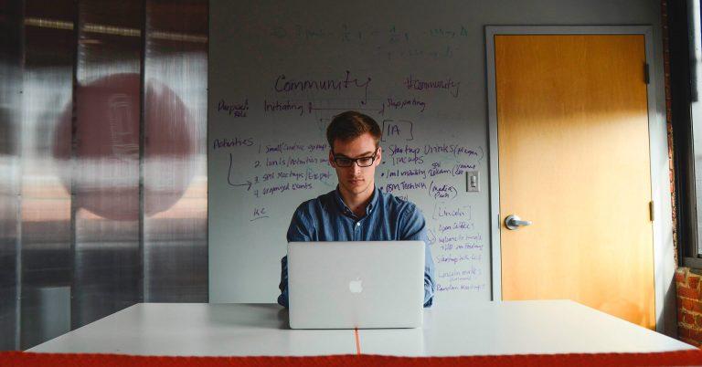 Empreendedor na frente do computador