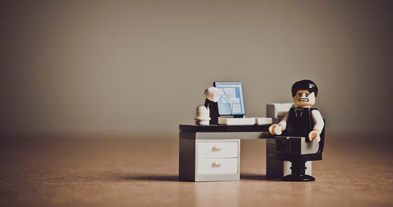 Empresario sozinho na frente do computador encrencado
