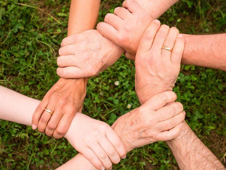 Equipe com mãos dadas