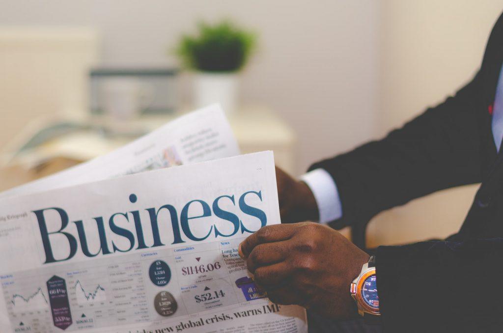 homem-lendo-jornal-novos-empreendedores